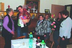Valérii Teniakovej (vľavo) prišiel k deväťdesiatke zablahoželať aj starosta Pavol Debnár.