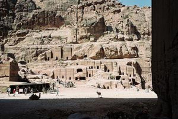 Skalné mesto Petra  vyhlásili za nový div sveta. Všetky stavby v Petre boli vytesané do pieskovca. Mesto dosiahlo najväčší rozkvet okolo roku 62 pred Kristom, kedy v ňom žilo asi 30-tisíc ľudí. Po zemetrasení v 6. storočí upadlo do zabudnutia a Európania