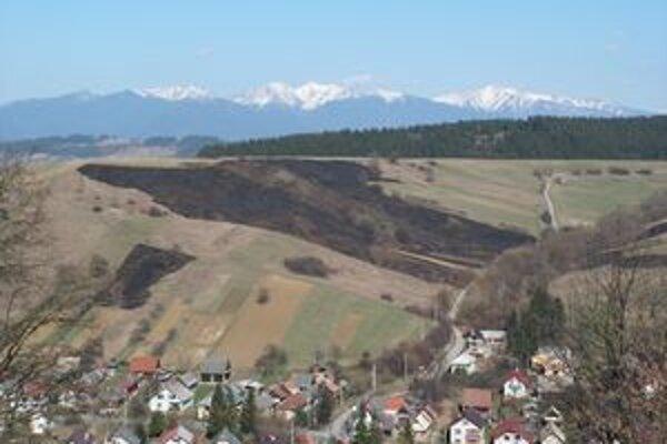 Čiernych škvŕn na kopcoch v okolí Liptovských Sliačov po gazdoch, ktorí trávu vypaľujú, pribúda každý deň.