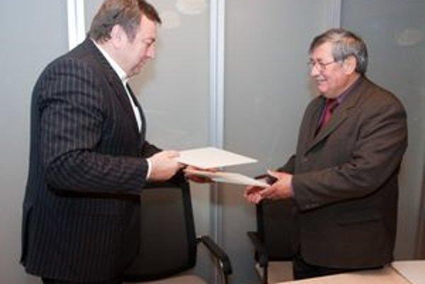 Ján Blcháč a Juraj Takáč po podpise zmluvy.
