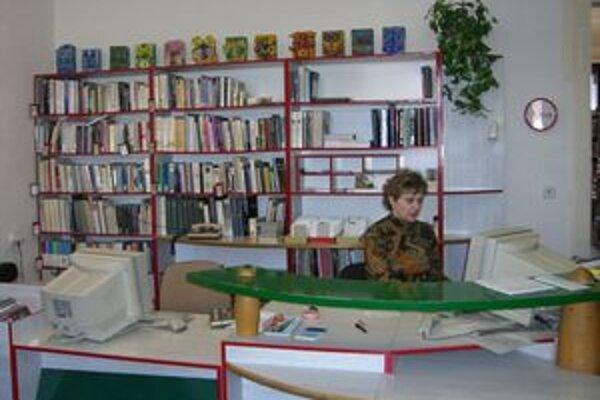 V knižnici si môžu čitatelia vybrať spomedzi 95-tisíc kníh.