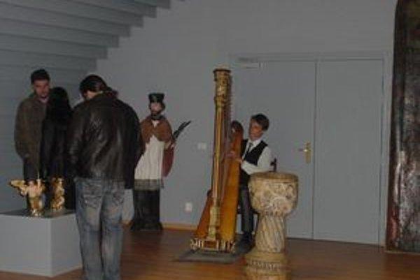 V novootvorenej Galérii sakrálneho umenia zahral na vernisáži na harfe duchovné i svetské skladby mladý talentovaný hudobník Jakub Rizman.