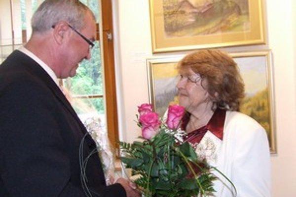 Janka Krivošová (vľavo) na vernisáži v Liptovskom Hrádku prijíma kyticu od starostu Liptovskej Porúbky Mariána Sklenára.