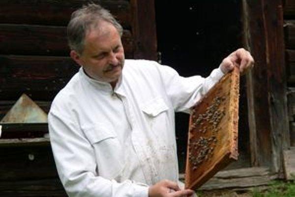 Jozef Bobák pozná podľa vône, kedy sú včely nervózne a chytajú sa zaútočiť.