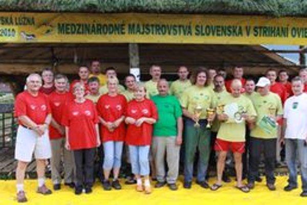 Strihači, organizátori a porotcovia na medzinárodných majstrovstvách Slovenska v strihaní oviec v Liptovskej Lúžnej.