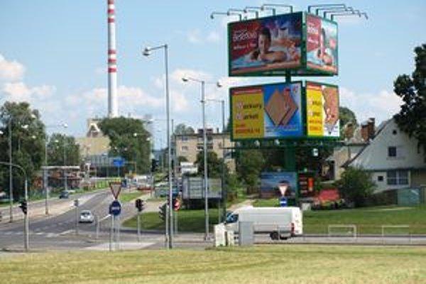 Dopravní experti tvrdia, že reklamy popri cestách odpútavajú pozornosť vodičov od šoférovania.