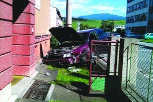 Pri snahe zabrániť nehode, nabúral vodič do plota a prerazil ho.