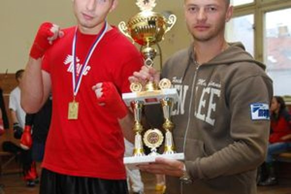 Na fotografii vľavo svetový šampión Richard Beňo a tréner Peter Navrátil vpravo. (BVK)