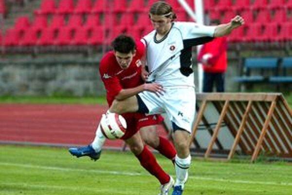 Tomáš Ďubek zápase s B. Bystricou na fotografii v pravo