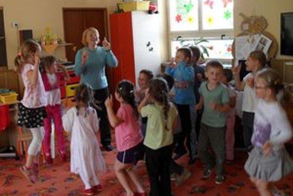 Elena Chovanová vie ako učiteľka deti zaujať, dáva im najkrajší dar, aký môžu od školy dostať - učí ich hrou.