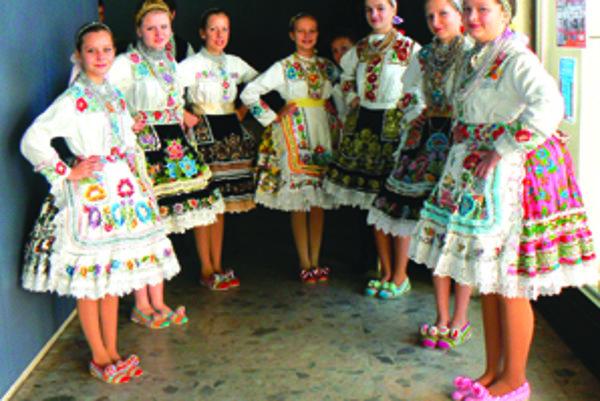 Srbské dievčatá zaujali v pestrých krojoch, ktoré v priebehu rokov naberajú na seba nové prvky, no pôvodné v nich ostávajú. Napríklad, aj pletené papučky na dievčenských nohách.