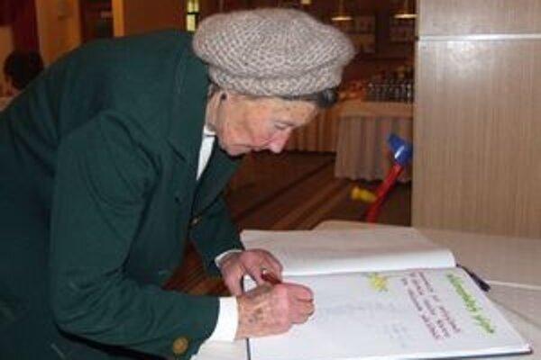 Pri príležitosti jubilea Zboru pre občianske záležitosti v Závažnej Porube sa do pamätnej knihy obce podpísala aj prvá predsedníčka zboru Mária Kováčová.