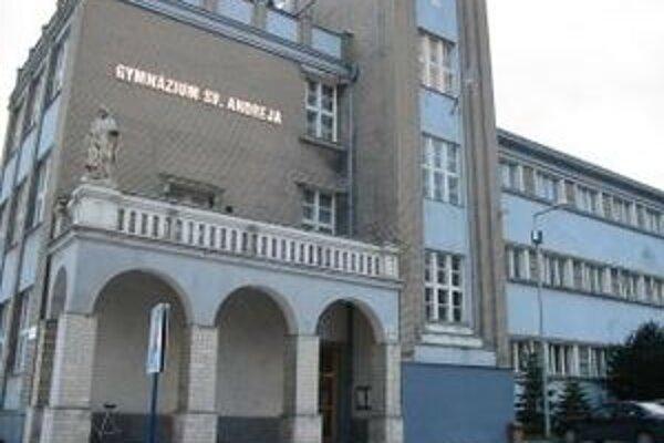 Prvou školou na Slovensku, na ktorej sa študenti budú vyučovať v 3D projekcii, je  Gymnázium sv.Andreja v Ružomberku.