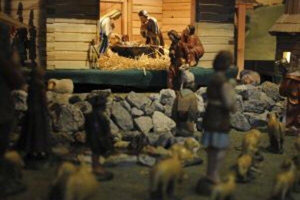 Dnes sa konajú slávnostné sväté omše k sviatku Zjavenie Pána - Traja králi. Na fotografii sú jasličky s malým Ježiškom, ktorému sa prišli pokloniť aj Traja králi.
