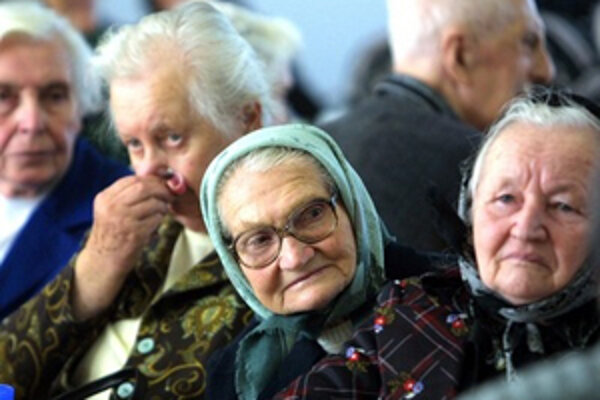 Starých ľudí nemá kto zaopatriť, príbuzní nechcú prísť o prácu.