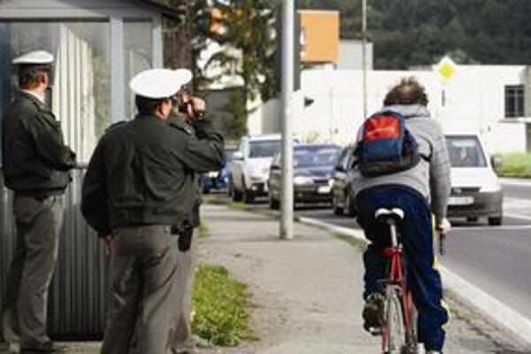 Prísne kontroly zamerajú policajti na všetkých účastníkov premávky.