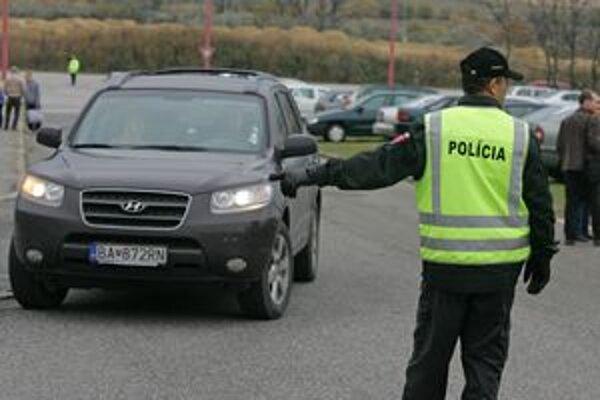 V nedeľu policajti zvýšia aj dohľad na frekventovaných križovatkách, hlavných cestných ťahoch, no najmä na nehodových miestach a úsekoch. Zamerajú sa tiež na kontrolu dodržiavania predpísaných rýchlostí.