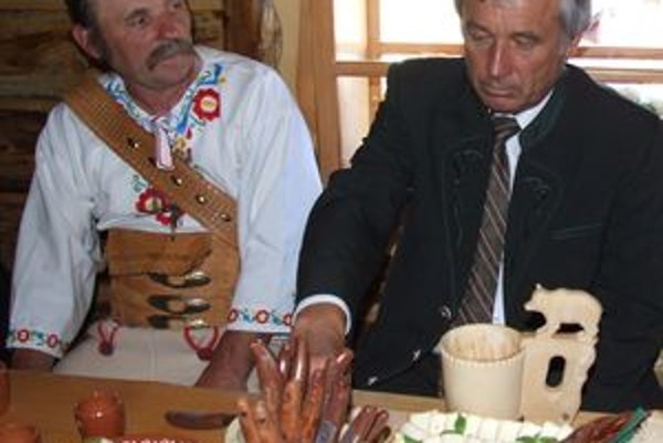 Minister Becík dnes na salaši v Liptove neodolal ani tradičným špecialitám.