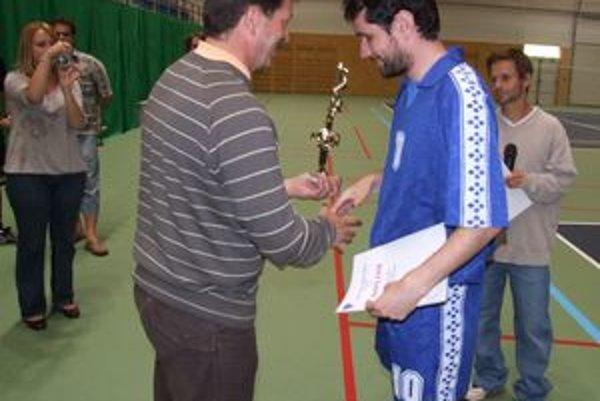 Najlepším hráčom odovzdával ceny prednosta mestského úradu Rudolf Urbanovič.