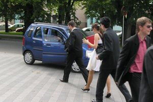 Študenti po maturitnej skúške išli na jazdu Ružomberkom s riaditeľom gymnázia v školskom aute.