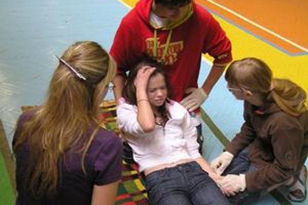 Študenti z Gymnázia sv. Andreja robili figurantov v modelových situáciách, žiaci zo základných škôl ružomberského okresu šli do súťaží s plným nasadením.