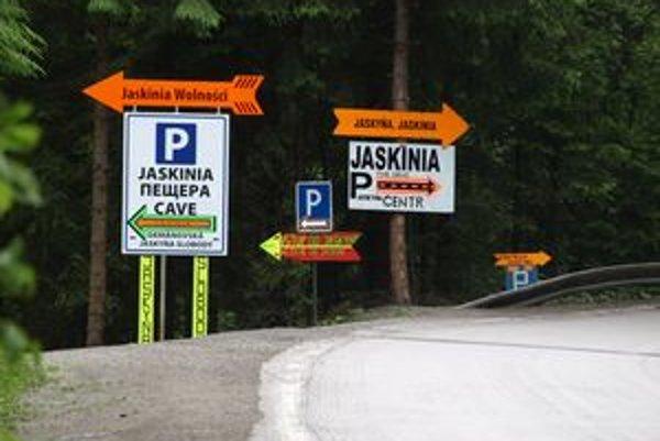 Smerové tabule v Demänovskej  Doline  označujúce jaskyňu a parkovisko ukazujú všetkými smermi.