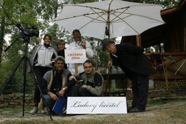Realizačný štáb filmu Ľudový liečiteľ, ktorý na celoslovenskej súťaži neprofesionálnych filmov Cineama získal čestné uznanie. Ján Kuska vľavo.