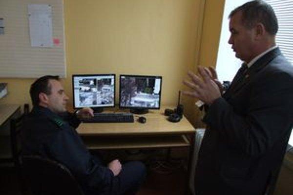 Náčelník mestskej polície Jozef Koscelník (vľavo) s policajným prezidentom Jánom Packom.