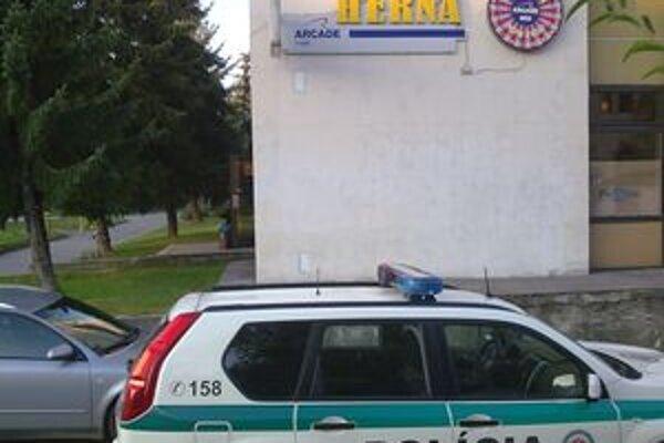 Na mieste boli aj kriminalistickí technici, ktorí v herni zaisťovali stopy.