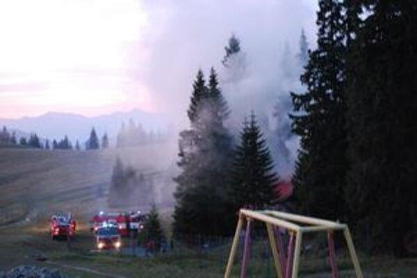 Kúdoly dymu z horiacej chaty bolo vidieť z veľkej vzdialenosti.