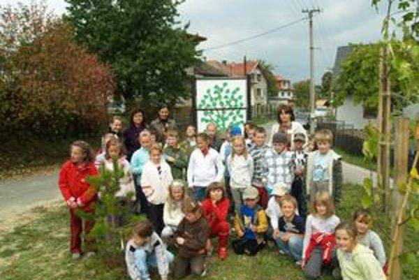 Dúbravskí školáci stromy  nielen sadili, ale aj si ich adoptovali.