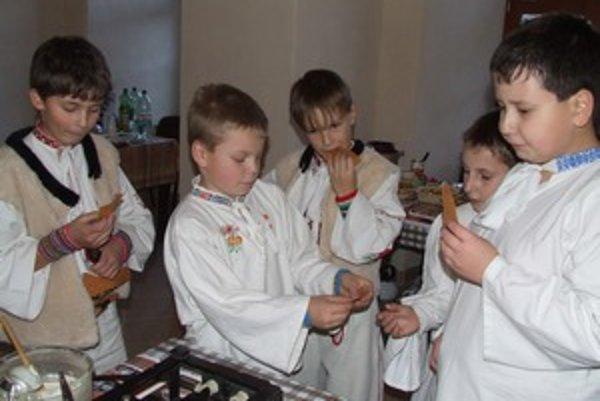 Oblátky, ktoré piekol Michal Mačička z Liptovského Hrádku, raz-dva mizli medzi členmi Detského folklórneho súboru Cindruška.