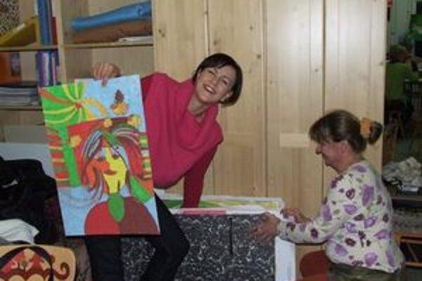 Petra Lackaňová (vľavo) s autoportrétom, ktorý namaľovala so zaviazanými očami. Vľavo Libuša Vyšná.