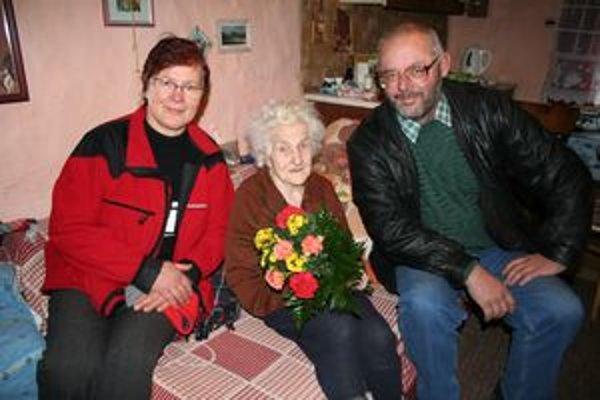 Storočnej jubilantke prišiel zagratulovať aj starosta Bobrovníka Ivan Ivanovský a Elena Lukášiková z obecného úradu.