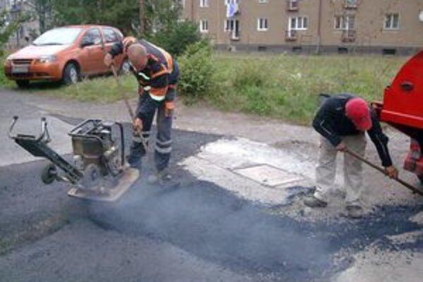V meste budú, okrem iného, pokračovať aj v opravách chodníkov a ciest.