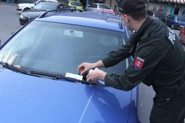 Polícia vodičov na to, aby si v autách nenechávali cenné veci, upozorňuje aj letáčikmi.