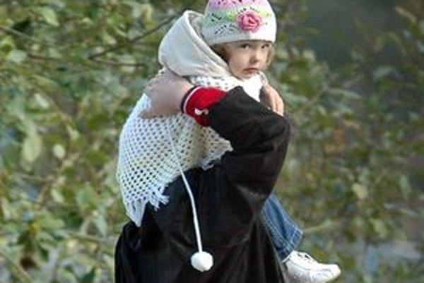 Všetky deti túžia po rodine. Ale mnohé ju nemajú a vlastný otec ich nikdy nenosil na rukách ani na pleciach.