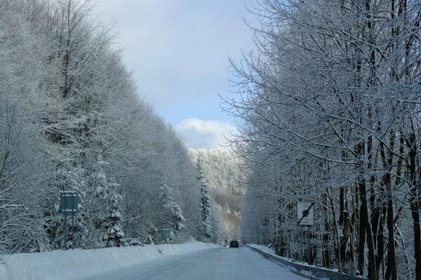 V hornatejších oblastiach môžu byť primrznuté zvyšky snehu. Cesta na Skalku pri Kremnici pred niekoľkými dňami.