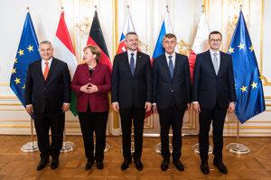 Lídri V4 počas stretnutia na summite s Angelou Merkelovou.