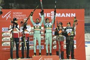 Víťazní fínski lyžiari Eero Hirvonen (uprostred vpravo) a Ilkka Herola (uprostred vľavo) pózujú na pódiu so striebornými Nórmi (vľavo) Espen Björnstad, Jörgen Graabak a bronzovými Rakúšanmi (vpravo) Wilhelm Denifl, Mario Seidl po sobotňajších pretekoch družstiev Svetového pohára v severskej kombinácii vo fínskom Lahti 9. februára 2019.