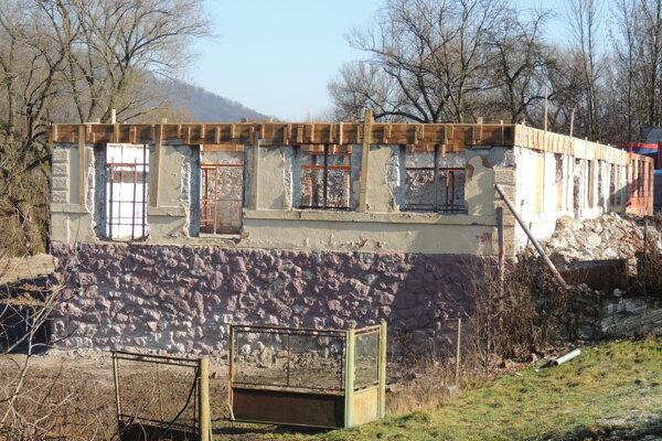 V budove storočnej školy nájde bývanie celkom desať rodín.
