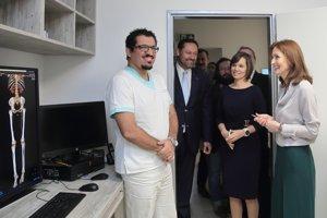 Ministerka zdravotníctva (vpravo) si prezrela nové priestory oddelenia.