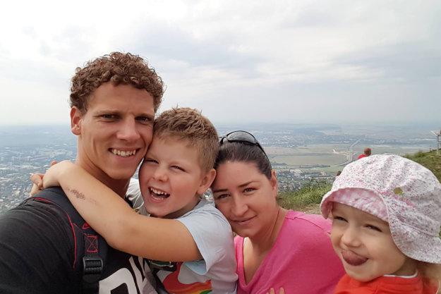 Z rodinného archívu - otec Miloš, mama Janka, syn Filip a dcéra Zara. K nim pribudol teraz 9-mesačný Milo.