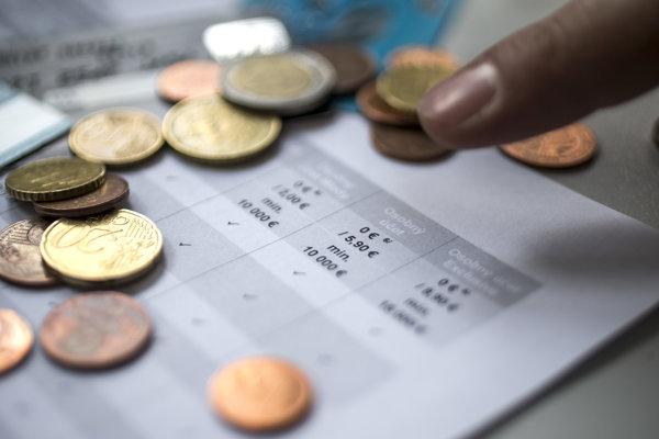 Mladík sa ulakomil na české koruny a eurá.