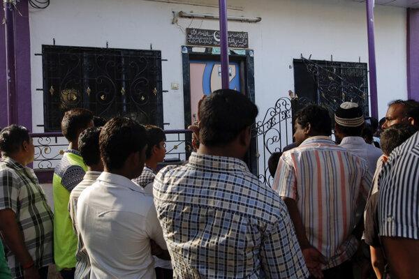 Na snímke ľudia stoja pred domom Inda Hasnaina Warekara v indickom meste Thane.