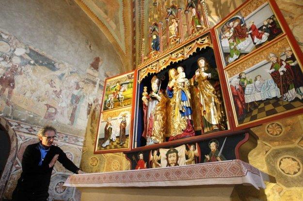 Vlani sa podarilo do kostola vrátiť aj repliku oltára. Vľavo na stene stredoveké fresky.