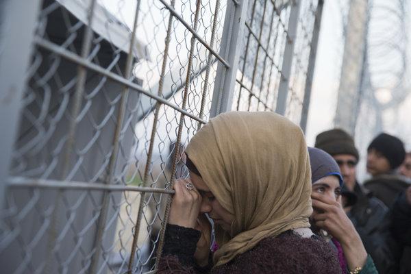 Sýrska utečenkyňa pred macedónskou hranicou.