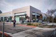 Budova Applu na Hammerwood Avenue v meste Sunnyvale v Kalifornii. Je omnoho menej výrazná, ako hlavný areál Applu, ktorý je o desať kilometrov ďalej.