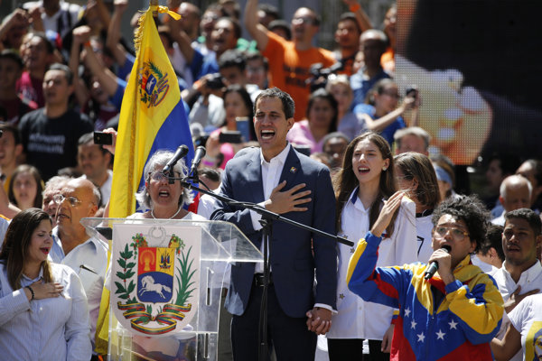 Juan Guaidó spieva venezuelskú hymnu v priebehu protivládnej demonštrácie.