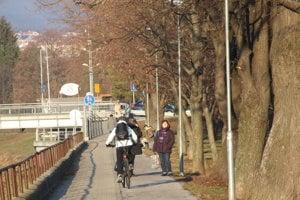 Cyklotrasa, ktorá spája Univerzitný a Chrenovský most (na snímke vzadu).